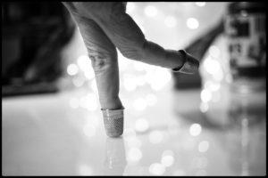 Deux doigts simulent un patineur sur glace avec des dés de couture au bout des doigts en guise de patins