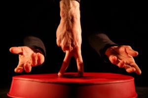 Une main simule un danseur sur scène