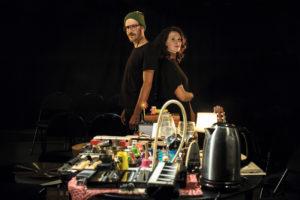 Claire Diterzi et Stéphane Garin posent devant tout un fatras d'instruments et d'objets insolites qu'ils utiliseront pour le spectacle