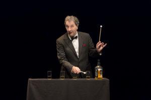 François Morel joue du xylophone avec des verres remplis de whisky