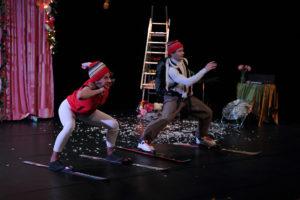 Les deux comédiens font du ski sur la scène