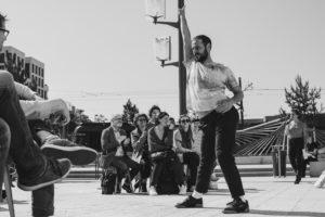 Jeremy Martinez danse sur une place devant des spectateurs