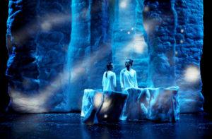 Les deux danseurs sont statiques sont scène au milieu d'un décor et d'une lumière évoquant la glace la nuit et le froid, le tout très esthétique