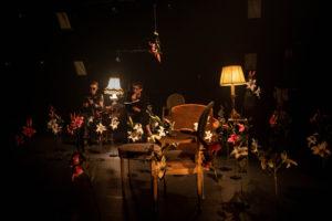 magnique décor de fleurs et de meubles dans une ambiance chaude et feutrée, éclairée d'un simple lampadaire